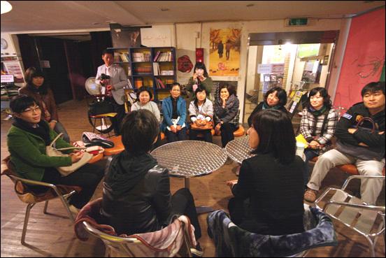 괜찮은 여성들이 모이는 곳, '대전여성정치네트워크' 영화상영 이후 감독과 대화를 나누었습니다.
